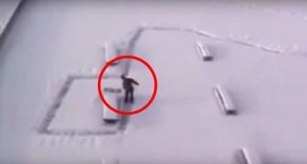 Libera un passaggio pedonale dalla neve... Ma vi nasconde un ingegnoso tranello!