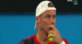 His serve goes out... But the opponent makes a gesture that deserves respect !