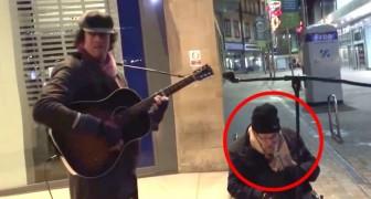 Ein Obdachloser nimmt das Mikrofon eines Straßenmusikanten. Das Ergebnis ist überraschend