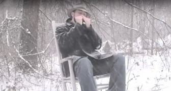 Er sitzt im Schnee und spielt ein Lied mit der Mundharmonika. Das Ergebnis ist pure Poesie