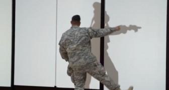 Soldaten försöker följa sin konstiga skugga.. Men det som händer är jätteroligt!