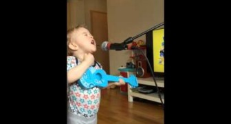 His mother turns on the microphone but did not expect a performance like that ... Wow!
