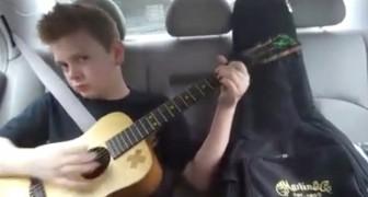 Un ragazzo di 12 anni imbraccia la chitarra in auto: il suo stile è coinvolgente