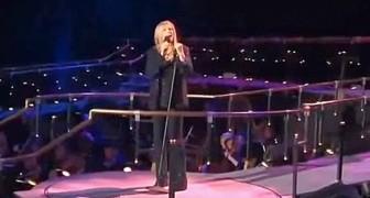 Barbra Streisand sale sul palco, ma la sua voce si unisce ad un'altra... Che duetto!