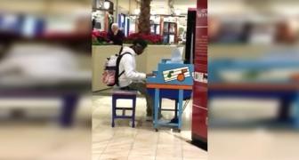 Un garçon ennuyé s'assoit sur le sol... Quand il commence à jouer, la foule l'adore