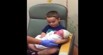 A enfermeira bota no colo do mais velho o irmãozinho recém-nascido... A sua reação é inesperada!