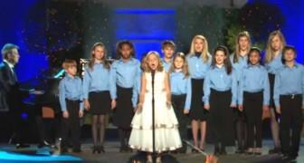 13 niños se alinean sobre el escenario prontos para cantar...Pero tengan en vista la pequeña solista