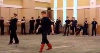 Dos bailarines suben al escenario...sus acrobacias superan cualquier espectativaLo