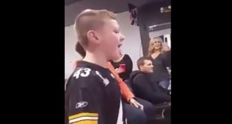 Een kleine voetballer zingt Hello van Adele: de mensen om hem heen weten niet wat ze horen!