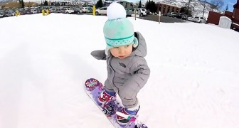 Ha imparato a camminare qualche settimana fa... Ma se sale sullo snowboard? Fenomenale!
