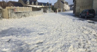Una cittadina francese è stata totalmente imbiancata... Ma quella che vedete non è neve