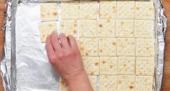 Ze legt crackers op een bakplaat, maar het resultaat is alles behalve hartig... Wow!