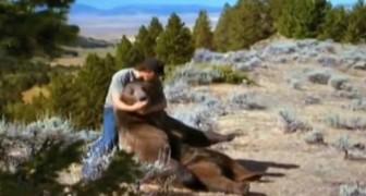 Ein Mann findet einen Bär neben seiner toten Mutter. Die beiden werden Freunde