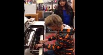 En pojke sätter sig ned vid pianot i en second-hand butik: alla kunder förblir mållösa