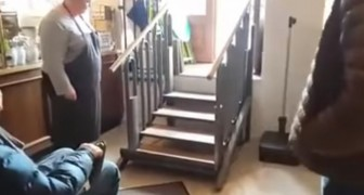Så här kan denna trappa hjälpa en rullstolsburen person att ta sig fram på bara några sekunder