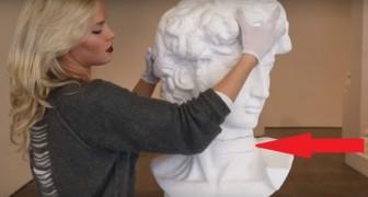 Ze plaatst haar handen op een beroemd beeldhouwwerk: kijk goed wat er met de nek van het beeld gebeurt!