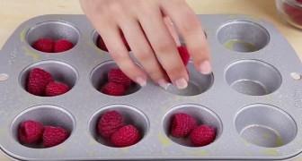 Ze plaatst frambozen in een muffinbakplaat en voegt slechts 2 ingrediënten toe: het resultaat is prachtig!