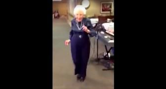 Cette dame danse comme une petite jeune... La regarder, ça met la pêche!