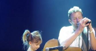 Alors que le chanteur se produit sur scène, sa fille arrive: le duo est émouvant