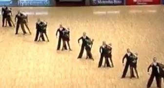 Die Tänzer bilden eine Linie: Ihre Präzision bringt das Publikum zum Schreien