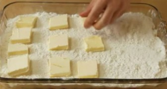 Elle met le beurre en dés dans la pâte: voici l'un des desserts les plus faciles que vous ayez jamais vu!