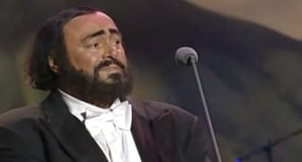 Een wereldberoemde artiest betreedt het podium met Pavarotti: dit duet is episch!