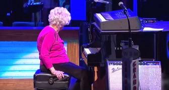 Un cantante llama al escenario a una mujer de 98 años: el publico queda encantado de ella