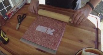 Il commence à mettre de la viande hachée dans un sachet hermétique... le résultat est génial!