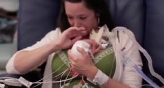 Han föds efter bara 5 månader och väger ett halvt kilo: hans första kram med mamman är berörande