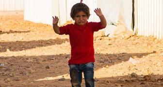 Sta per scattare una foto ad una bimba siriana: il gesto della piccola gli spezza il cuore