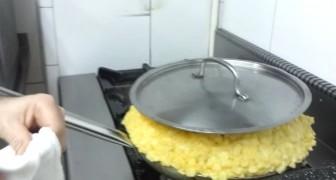 Il met dans la poêle les pommes de terre et 30 œufs: voici comment naît une omelette de 12 kg ...