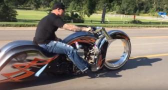 Er filmt ein Motorrad auf der Straße, aber irgendetwas ist anders....