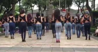 Eine Frauengruppe beginnt einen berühmten Tanz.. Alle sind hypnotisiert!