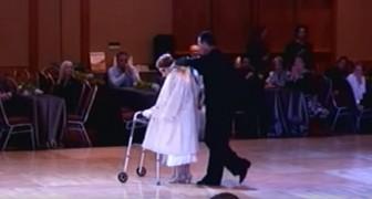 Eine 94 Jahre alte Frau kommt mit ihrem Betreuer auf die Tanzfläche. Als er ihr den Mantel abnimmt, kann man es nicht glauben...
