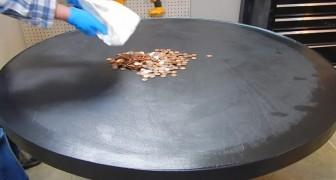 Derrama em cima da mesa uma sacola cheia de moedas.. O resultado final é realmente belíssimo