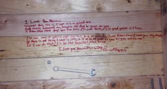 Der Mann lebt nicht mehr: Als sie durch Zufall seinen Tisch umdreht, findet sie eine Nachricht zum Weinen