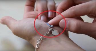 Elle tente en vain d'accrocher son bracelet toute seule ... La solution qu'elle trouve est brillante!