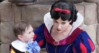Un enfant autiste de 2 ans rencontre Blanche Neige: ce que filme la maman est magnifique