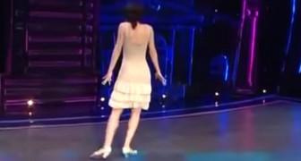 Elle tourne le dos aux jurés... Quand ses jambes commencent à bouger le spectacle commence!