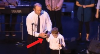En blind och autistisk pojke tar mikrofonen: hans performance är berörande