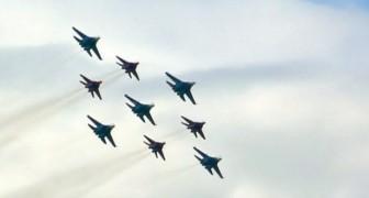 Le spectacle acrobatique d'avions militaires commence... Leur perfection est presque surréelle!