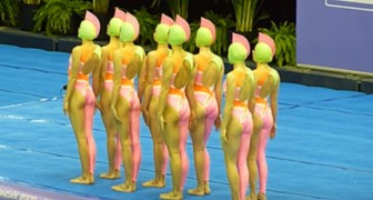 Elles se positionnent au bord de la piscine avec leurs costumes étranges: la chorégraphie est un must!