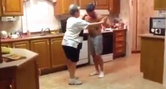 Mamma e figlio si posizionano in cucina: la loro complicità è uno spettacolo
