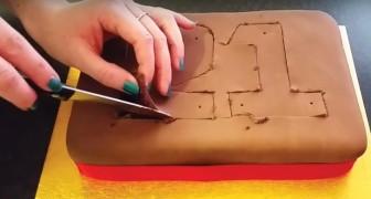 Elle commence à couper un gâteau au chocolat : voici une décoration que les enfants vont adorer !