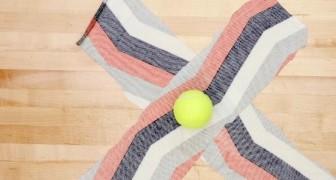Ze vormt een 'X' van twee stroken van een oud t-shirt... als ze er een tennisbal in verwerkt, is het spelen geblazen!