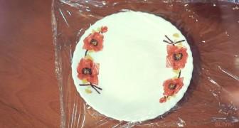 Heb je er ooit aan gedacht om je bord te bedekken met huishoudfolie? De reden om dit eventueel te doen is geniaal!