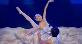 De dansers voeren het Zwanenmeer uit, maar u zult sprakeloos worden van hun acrobatische kunsten