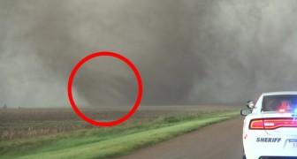 Ze filmen een tornado vaan heel dichtbij: de macht van deze tornado doet je huiveren!