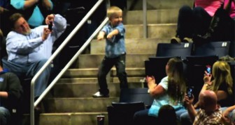 Un niño comienza a bailar sobre las gradas: bastan 15 segundos y todos los presentes enloquecen ante èl!