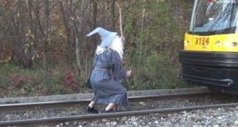 Un pazzo vestito da Gandalf ferma un Tram